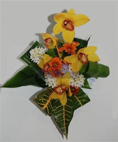 Arranjo floral em jarra de vidro