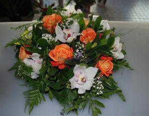 Coroa fechada com rosas e orquidea