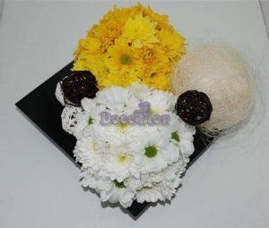 Arranjo floral em base quadrada