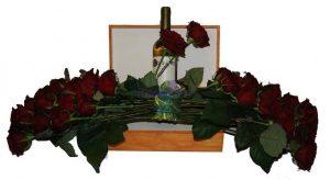 Rosas e caixa de vinho