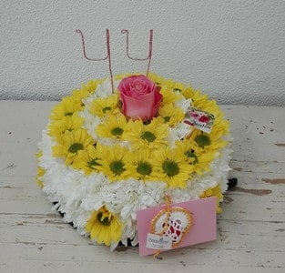 Bolo de flores em tons amarelo e branco