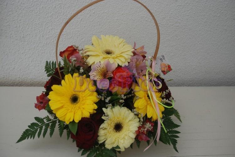 Cesta de flores em tons amarelos